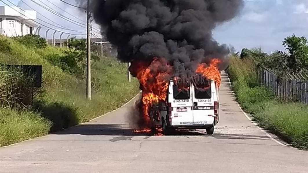 Armario A Medida Barato ~ Quarta Feira u2013 18 00 u2013 Van do transporte público pega fogo após pane elétrica em Rio das Ostras